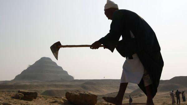 Radnik tokom arheoloških iskopavanja u dolini Sakkara u Egiptu - Sputnik Srbija