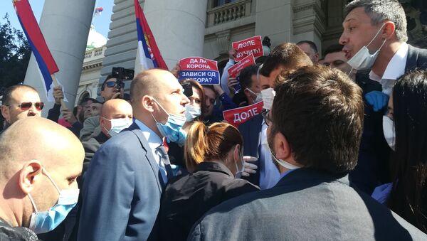 Lider Dveri Boško Obradović blokira ulaz u Skupštinu - Sputnik Srbija