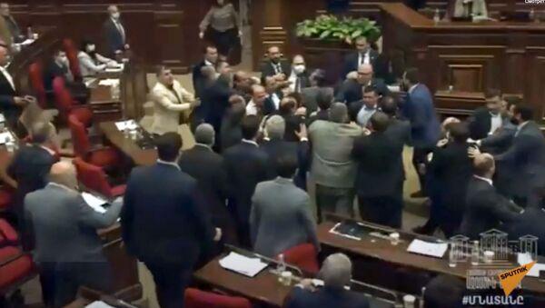 U parlamentu Jermenije došlo je do masovne tuče u prisustvu članova Vlade.   - Sputnik Srbija