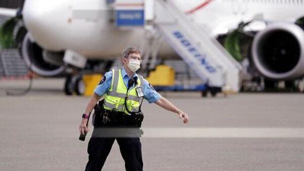 Policajac na aerodromu - Sputnik Srbija