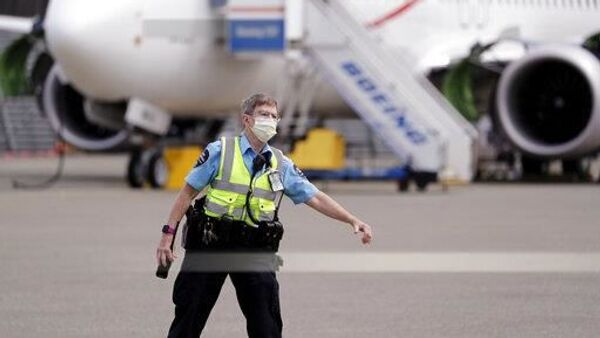 Полицајац на аеродрому - Sputnik Србија