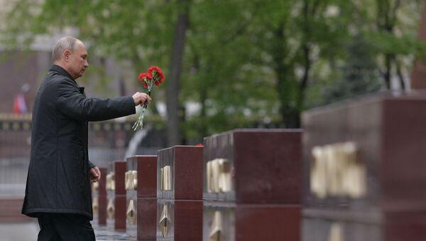 Ruski predsednik Vladimir Putin polaže cveće na Grob neznanom junaku - Sputnik Srbija