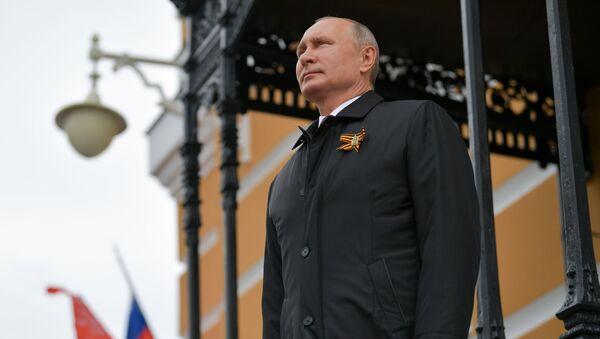 Руски председник Владимир Путин посматра ваздушну параду поводом Дана победе - Sputnik Србија