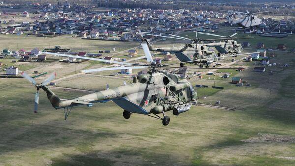 Teški helikopter Mi-26 i višenamenski helikopteri Mi-8 na vazdušnoj paradi povodom Dana pobede u Sankt Peterburgu - Sputnik Srbija