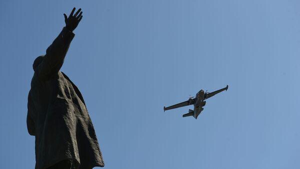 Višenamenski dvomotorni avion L-410 na vazdušnoj paradi povodom Dana pobede u Jekaterinburgu. - Sputnik Srbija