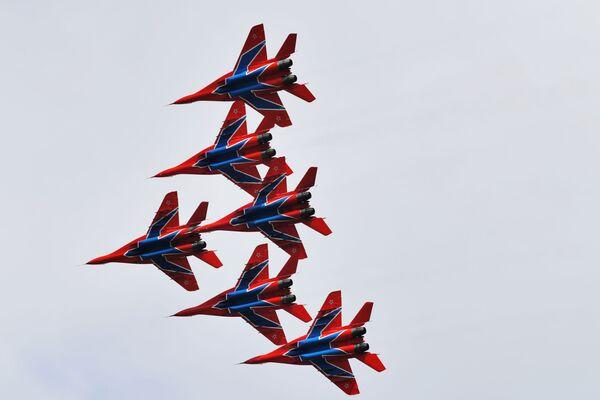 """Akrobatska grupa """"Striži"""" u lovcima MiG-29 na avio-spektaklu u čast Dana pobede na aerodromu Kubinka - Sputnik Srbija"""