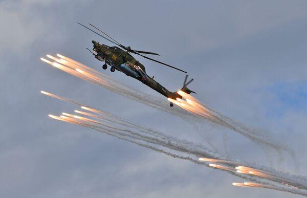 """Helikopter Mi-28N """"Noćni lovac"""" pilotske grupe """"Berkuti"""" (Zlatni orlovi) na avio-spektaklu u čast Dana pobede na aerodromu Kubinka - Sputnik Srbija"""