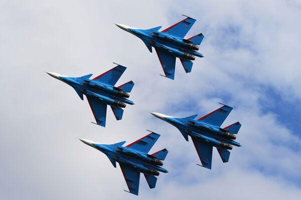 """Akrobatska grupa """"Ruski vitezovi"""" u lovcima Su-30SM na avio-spektaklu u čast Dana pobede na aerodromu Kubinka - Sputnik Srbija"""