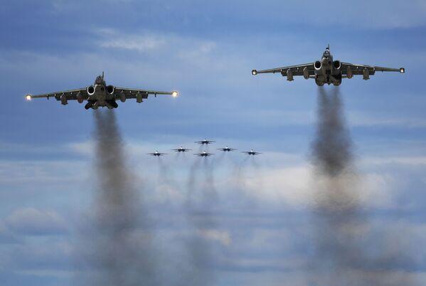 """Su-25 i akrobatska grupa """"Ruski vitezovi"""" u lovcima Su-30SM na avio-spektaklu u čast Dana pobede na aerodromu Kubinka - Sputnik Srbija"""