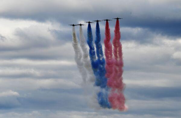 Avioni Su-25 u formaciji ostavljaju trag u bojama ruske zastave na avio-spektaklu u čast Dana pobede na aerodromu Kubinka - Sputnik Srbija
