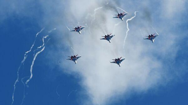 """Акробатска група """"Стрижи"""" у ловцима МиГ-29 на авио-спектаклу у част Дана победе на аеродрому Кубинка - Sputnik Србија"""