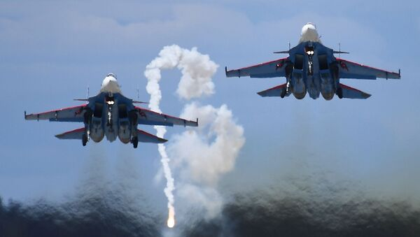 """Ловац Су-30СМ из акробатске групе """"Руски витезови"""" на авио-спектаклу у част Дана победе  - Sputnik Србија"""