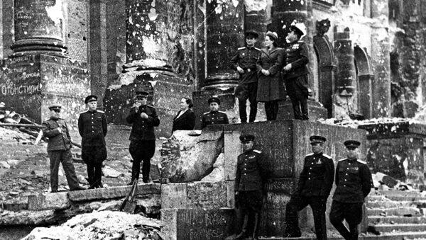 Совјетске вође код зидина Рајхстага - Sputnik Србија