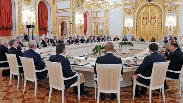 Председник Русије Владимир Путин и немачка канцеларка Ангела Меркел током ручка са представницима руских и немачких поословних кругова у Кремљу - Sputnik Србија