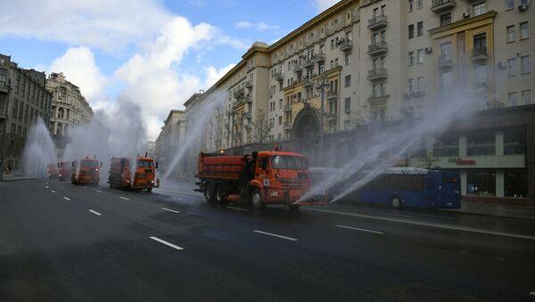 Vozila komunalnih službi dezinfikuju kolovoze i trotoare u centru Moskve - Sputnik Srbija
