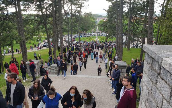 Veliki broj vernika ispred Sabornog hrama Svetog Vasilija Ostroškog u Nikšiću - Sputnik Srbija
