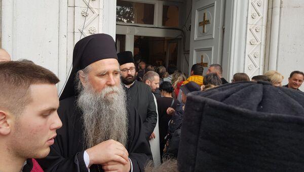 Владика Јоаникије испред Саборног храма Светог Василија Острошког - Sputnik Србија