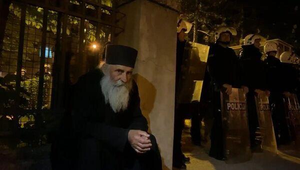 Sveštenik u Nikšiću tokom prtesta zbog hapšenja vladike Joanikija i sveštenstva - Sputnik Srbija