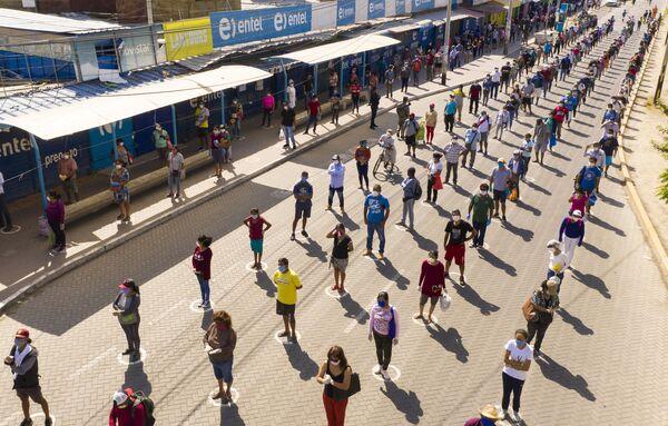 Pogled iz ptičje perspektive na redove kupaca koji održavaju distancu kao preventivnu meru protiv novog virusa korona u peruanskom gradu Pjura, 1.000 km severno od Lime, 29. aprila 2020. godine. - Sputnik Srbija