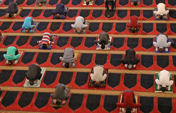 Vernici tokom molitve za vreme muslimanskog svetog meseca Ramazana, držeći se na sigurnoj udaljenosti jedni od drugih u džamiji Muhamed el Amin u glavnom gradu Libana Bejrutu, 8. maja 2020. godine.  - Sputnik Srbija