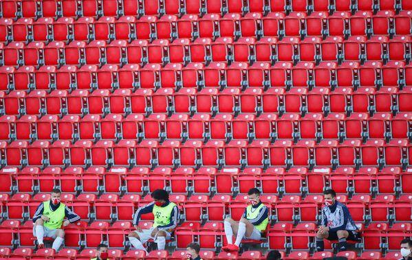Rezervni igrači Bajerna iz Minhena sa zaštitnim maskama održavaju društvenu distancu na tribinama tokom fudbalske utakmice Bundeslige između FK Union Berlina i FK Bajern Minhena 17. maja 2020. u Berlinu, jer je sezona nastavljena nakon dvomesečne pauze. - Sputnik Srbija