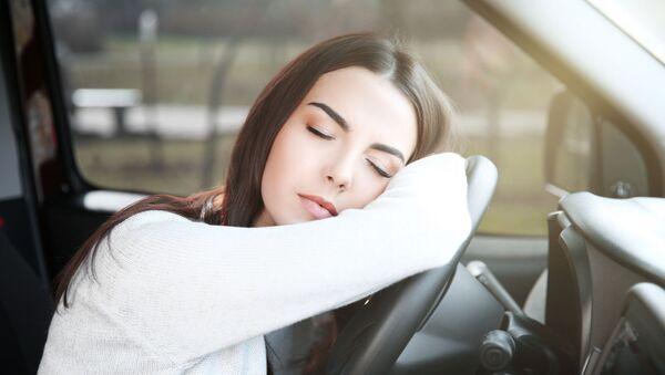 Devojka spava na volanu automobila - Sputnik Srbija