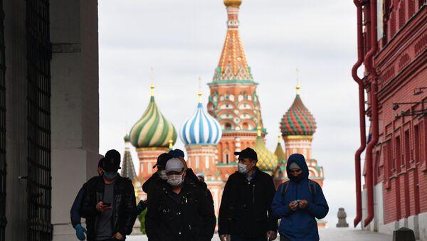 Пролазници са маскама за заштиту од вируса корона на Црвеном тргу у Москви - Sputnik Србија