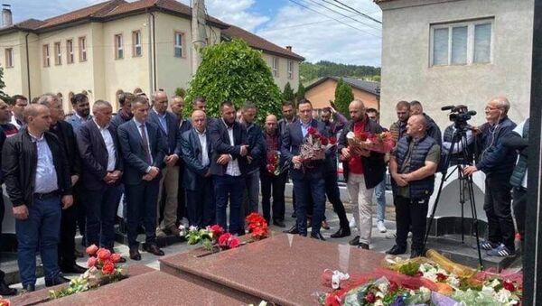 Polaganje venaca na Lešijevom grobu u rodnom Velikom Trnovcu. - Sputnik Srbija