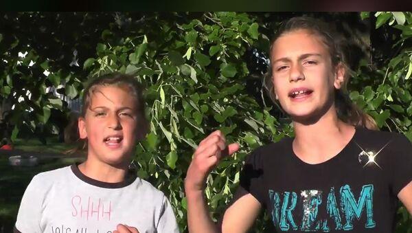 Devojčice iz Crne Gore Anja i Marija otpevale pesmu protiv hapšenja vladike Joanikija - Sputnik Srbija