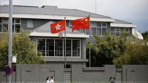 Заставе Кине и Хонгконга испред зграде представништва Владе Хонгконга у Пекингу - Sputnik Србија