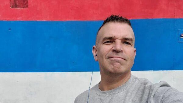 Čarls Kater ispred srpske zastave - Sputnik Srbija