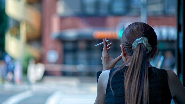 Devojka puši cigaretu - Sputnik Srbija