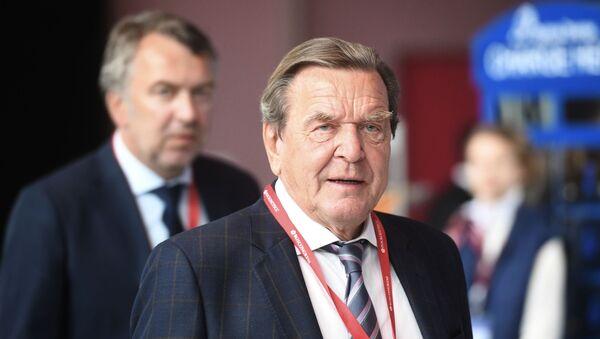 Председник одбора акционера Норд стрим 2 Герхард Шредер на Међународном економском форуму у Санкт Петербургу - Sputnik Србија