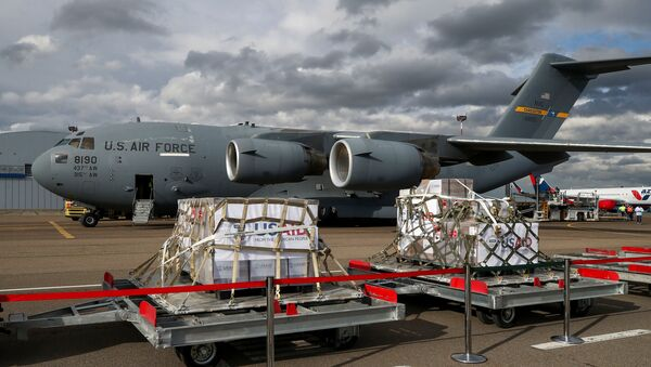 Serija od 50 hiljada aparata za veštačko disanje koji su dostavljeni američkim vojnim transportnim avionom, na aerodromu Vnukovo u Moskvi - Sputnik Srbija