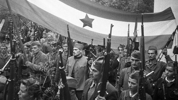 Партизани са заставом Југославије - Sputnik Србија