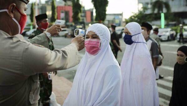Мерење температуре пре уласка у џамију у Индонезији - Sputnik Србија