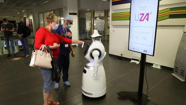 Белгијски робот који говори 53 језика контролише температуру и да ли људи правилно носе заштитне маске. - Sputnik Србија