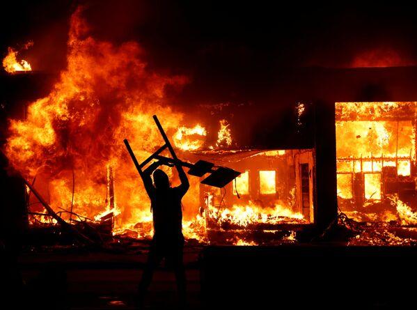Протести у Минесоти због смрти Афроамериканца Џорџа Флојда током хапшења у Минеаполису. - Sputnik Србија