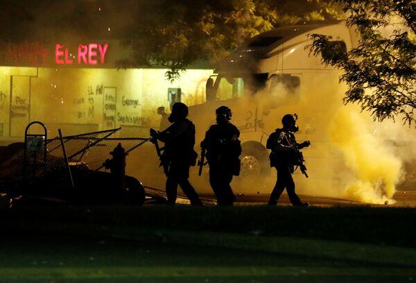 Полиција током протеста у Минеаполису због смрти Афроамериканца Џорџа Флојда током хапшења. - Sputnik Србија