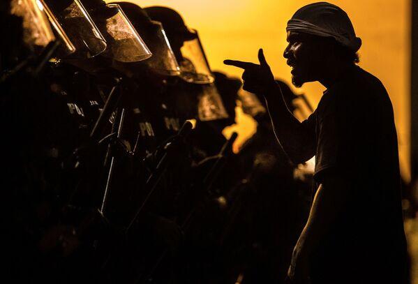 Демонстранти и полицајци у Тусону у САД због смрти Афроамериканца Џорџа Флојда током хапшења. - Sputnik Србија