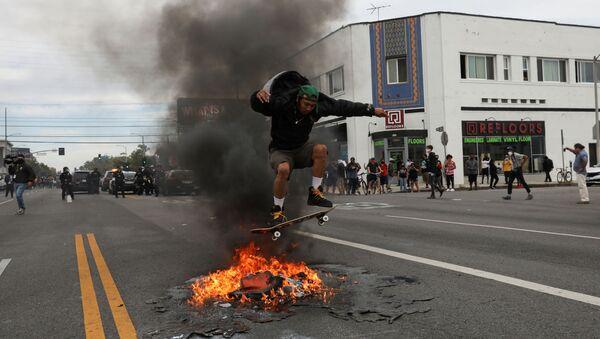Protest u Los Anđelesu zbog ubistva Džordža Flojda. - Sputnik Srbija
