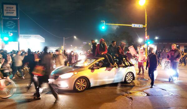 Протести у Минеаполису због смрти Афроамериканца Џорџа Флојда током хапшења. - Sputnik Србија