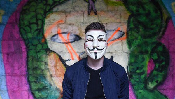 Čovek sa maskom grupe Anonimus - Sputnik Srbija