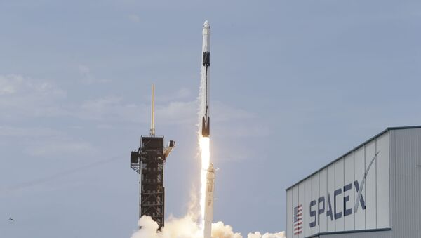 Raketa-nosač Falkon 9 sa posadom, tokom lansiranja na Međunarodnu svemirsku stanicu sa kosmodroma Kejp Kanaveral na Floridi - Sputnik Srbija
