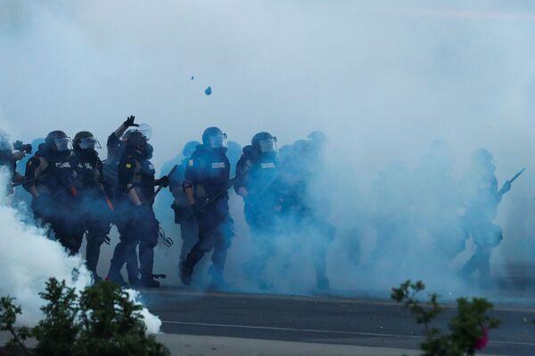 Полиција током демонстрација поводом убиства Афроамериканца Џорџа Флојда. - Sputnik Србија