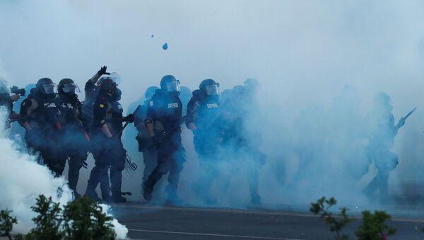 Pripadnici interventne policije tokom protesta u Mineapolisu - Sputnik Srbija