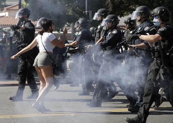Протестанти у Сан Хосеу у Калифорнији на демонстрацијама због смрти Афроамериканца Џорџа Флојда током хапшења. - Sputnik Србија