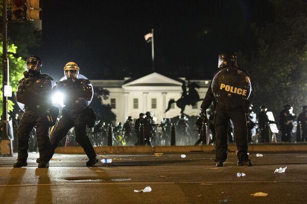 Полиција формира линију док се демонстранти окупљају, у недељу, 31. маја у близини Беле куће у Вашингтону. - Sputnik Србија