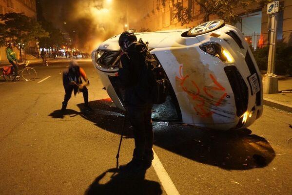 Протести у Вашингтону и нереди  на улицама због смрти Афроамериканца Џорџа Флојда током хапшења. - Sputnik Србија