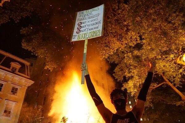 Протести у Вашингтону и нереди на улицама у знак протеста против полицијске бруталности због смрти Џорџа Флојда приликом хапшења. - Sputnik Србија